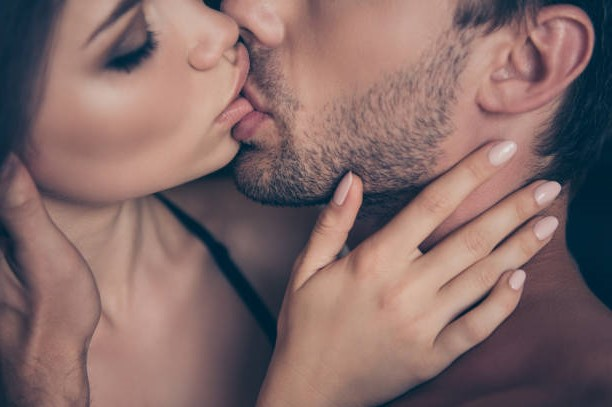 Достичь оргазма через поцелуй